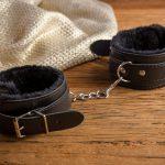 Esposas de Cuero y Terciopelo Interior Color Negro - LOVERSpack