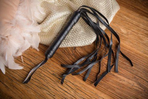 Látigo de cuero con tiras color negro bondage - LOVERSpack