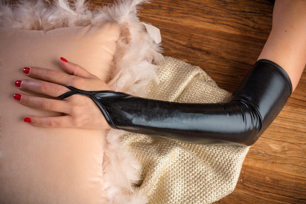 Guantes sensuales largos de vinilo negro - LOVERSpack