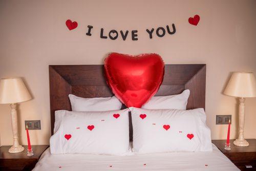 Decorar habitación para noche romántica