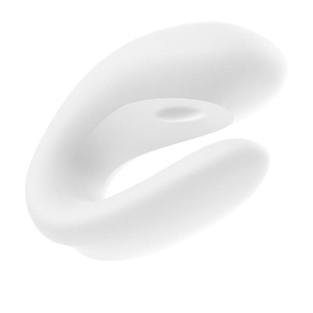 Satisfyer Double Joy garantiza momentos inolvidables y compartidos: durante el sexo, el vibrador en forma de U simplemente se inserta para que ambas partes puedan disfrutar de las vibraciones intensas. Mientras que un eje estimula tu clítoris desde el exterior, el otro lado del juguete asegura una tensión seductora dentro de su sello de amor. Ambos extremos vibran igualmente poderosamente gracias a los dos motores. El eje interno estimula tanto su punto G como su mejor pieza cuando lo enciendes y apagas. Gracias al práctico control de la aplicación, puedes cambiar los programas cómodamente incluso en momentos de éxtasis extremo.
